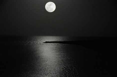 rising_moon_over_the_red_sea_by_andyserrano